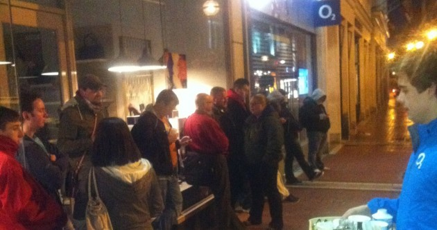 Photo: Irish Apple fans queue up to get the iPhone 5