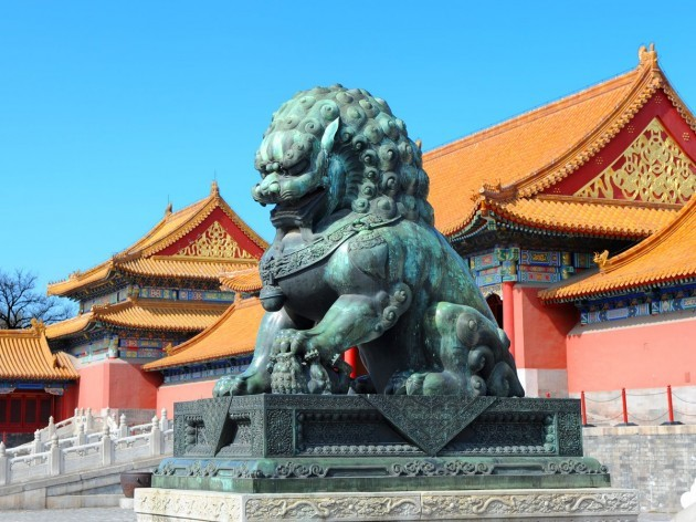 beautiful-golden-roofed-pagodas-are-guarded-by-giant-stone-lions