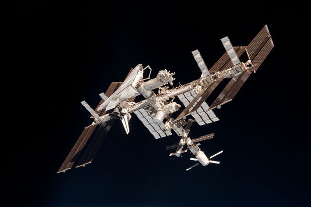 800px-ISS_and_Endeavour_seen_from_the_Soyuz_TMA-20_spacecraft_14