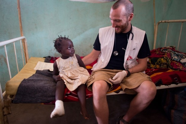 A patient and MSF doctor at Bossangoa hospital in Central African Republic © Ton Koene