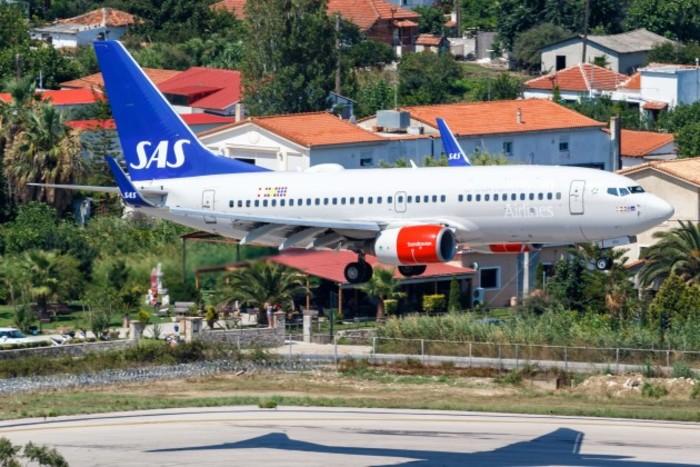 sas-scandinavian-airlines-boeing-737-700-airplane-skiathos-airport